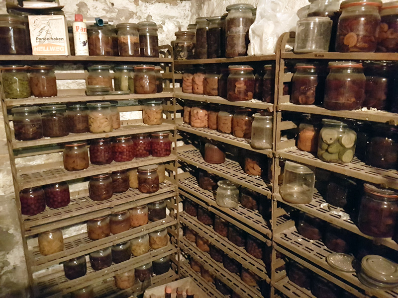 A cellar with Weck jars in it. Neozoon / Wikimedia / 2016 / CC BY-SA 4.0