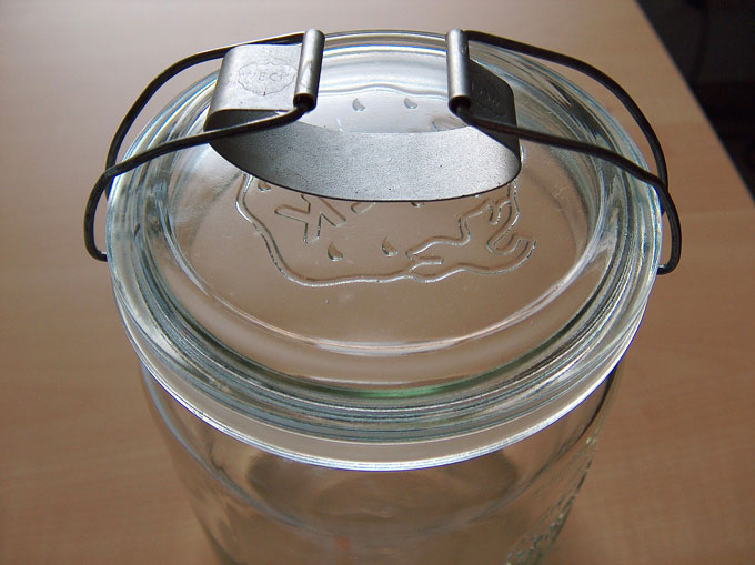 Older-style Weck clamp (Bügel). Markus Hagenlocher / Wikimedia / 2006 / CC BY-SA 3.0 CC BY-SA 3.0